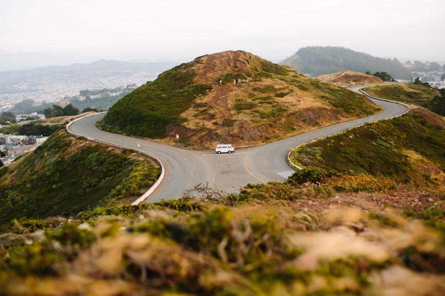 Straße um Hügel