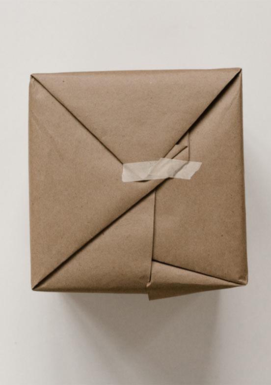 Paket, eingewickelt in braunem Packpapier