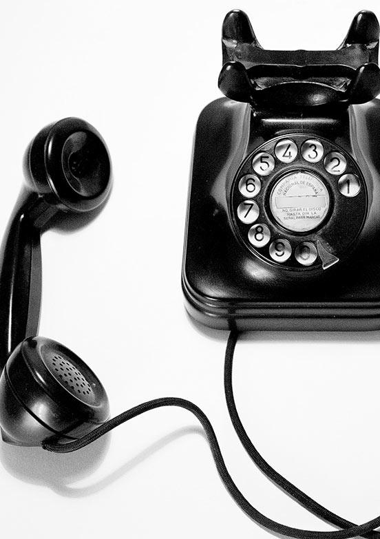 schwarzes Retro-Telefon mit Wählscheibe